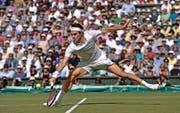 Roger Federer tänzelt im Halbfinal gegen Andy Murray über den Centre Court, schlägt wie in seinen besten Zeiten kühl in genau den richtigen Momenten zu. (Bild: AP/Toby Melville)