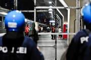 Polizeieinsatz im Bahnhof Luzern zur Überwachung der Abfahrt eines Fan-Extrazuges. (Archivbild: Neue LZ)
