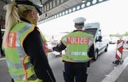 Deutsche Polizisten am Grenzübergang in Weil am Rhein. (Bild: Patrick Seeger/EPA (14. September 2015))