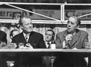 Heinrich Böll als Autor und politischer Mensch in der Nachkriegszeit 1972 mit Bundeskanzler Willy Brandt, (Bild: Ulstein)