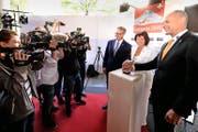 SBB-Chef Andreas Meyer (links), Verkehrsministerin Doris Leuthard und der Geschäftsleiter der Alptransit, Renzo Simoni, starteten im Juni den Countdown für die Eröffnung des neuen Bahntunnels. (Bild: Keystone/Urs Flüeler)