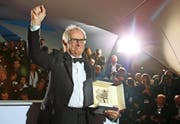 Der britische Starregisseur Ken Loach (79) und seine Freude über die Goldene Palme, die er gestern Abend gewonnen hat. (Bild: Keystone)