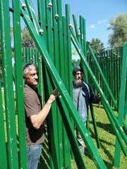 Die Künstler Damian Meyer (links) und Mukta Gonzalez präsentierten gestern ihr Pendel-Labyrinth auf der Bühlermatte beim Verkehrshaus. (Bild Yves Portmann)