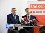 Die Spitze der SRG kündigt nach dem Nein zur No-Billag-Initiative Sparmassnahmen an. Im Bild SRG-Generaldirektor Gilles Marchand (rechts) und SRG-Präsident Jean-Michel Cina. (Archivbild) (Bild: KEYSTONE/ANTHONY ANEX)