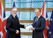 Der britische EU-Botschafter Sir Tim Barrow (links) übergibt das Austrittsschreiben an Ratspräsident Donald Tusk. (Bild: Yves Herman/EPA (Brüssel, 29. März 2017))