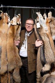 Inmitten von Fuchsfellen: Peter Küenzi (57), neuer Präsident des Verbandes Revier Jagd Luzern. (Bild Dominik Wunderli)