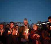Auf dem Trafalgar Square in London gedenken Menschen mit Kerzen der Opfer des Anschlags von Westminster. (Bild: Carl Court/Getty (London, 23. März 2017))