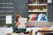 Eine Schülerin während einer Französisch-Prüfung. (Bild: Gaetan Bally/Keystone)