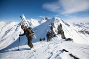 """Gebirgsspezialisten der Schweizer Armee und internationale Teilnehmer des Programms """"Partnership for Peace"""" auf einer Skitour vom Gemsstock über den Glöggliturm auf den Gotthard. (Bild: Manuela Jans / Neue LZ)"""