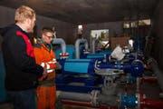 Projektleiter Tobias Gisler gibt Instruktionen beim Anschluss der Pumpen. (Bild PD)