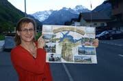Erna Blättler, Geschäftsführerin von Nidwalden Tourismus (NWT) zeigt den neuesten Faltprospekt mit den 44 Bergbahnen. (Bild: Kurt Liembd / Neue NZ)