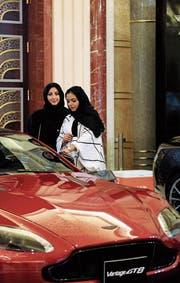 Ab Juni dürfen Frauen in Saudi-Arabien Auto fahren, bereits ab dieser Woche dürfen sie ins Fussballstadion. Andere Freiheiten werden hingegen weiter eingeschränkt. (Bild: Amer Hilabi/AFP (Dschidda, 5. Oktober 2017))