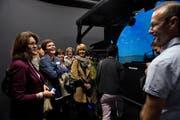 Luzerner Gemeinderätinnen lassen sich von Erich Rohner, stellvertretender Chef des Trainings-Centers, den Flugsimulator auf dem Flugplatz Emmen erklären. (Bild: Nadia Schärli / Neue LZ)