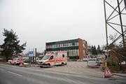 Die Polizei hat am Nachmittag das Gebiet rund um die Asylunterkunft Steinhausen abgesperrt. (Bild: newspictures.ch)
