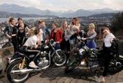 Die zehn Finalistinnen posieren vor dem Château Gütsch in Luzern anlässlich des Missencamps. (Bild: zvg / Giorgio Balmelli)