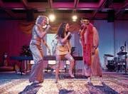 Als Girlgroup sind sie stark: Sofia Elena Borsani, Anna Rebecca Sehls und Alina Vimbai Strähler (von links) singen und performen den Song «Revolution» von Nina Simone. (Bild: Ingo Höhn)