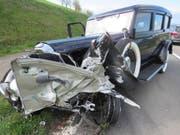 Der aus den dreissiger Jahren stammende Oldtimer wurde beim Zusammenstoss mit einem Personenwagen stark beschädigt. (Bild: Handout Kantonspolizei Aargau)