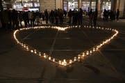 Mit Kerzen formten sie ein Herz. (Bild: Ramona Geiger / Leue LZ)
