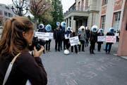 Die Aktivisten demonstrierten am Dienstagmorgen vor dem Casino Zug. (Bild: Stefan Kaiser / Neue ZZ)