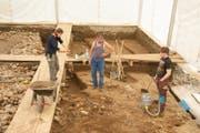 Die Archäologin Alissa Cuipers (links) erklärt zwei Ausgräbern das weitere Vorgehe n bei der Freilegung der römischen Strukturen. (Bild: Kantonsarchäologie Luzern)