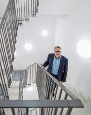 Im Treppenhaus der Augenklinik, die er miteröffnete: Beat Villiger. (Bild: Pius Amrein (Luzern, 19. Dezember 2017))