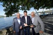 Von links: Heinz Wild, Fabian Reinhard, Jost Schumacher beim Inseli, wo die Salle Modulable geplant ist. Sie blicken auf einen Laptop mit ihrer Crowdfunding-Website. (Bild Pius Amrein)