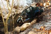 Ein Autofahrer landetet im Bachbett der Buchwigger. (Bild: Polizei Luzern)