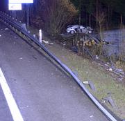Im Wald neben der Autobahn kam das Fahrzeug schliesslich zum Stehen. (Bild: Luzerner Polizei)