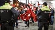 Etwa zweitausend türkischstämmige Niederländer protestierten vorgestern vor dem türkischen Generalkonsulat in Rotterdam. (Bild: Bas Czerwinski/EPA, (Rotterdam, 11. März 2017))