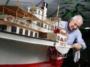Oskar Rickenbacher freut sich, das Modellschiff «Stadt Zug» wieder in seine Heimat geholt zu haben. (Bild Stefan Kaiser)
