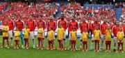 Kaum ein Schweizer singt die Nationalhymne. (Bild: EPA / Mohamed Messara)