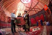 Die kirgisische Botschafterin Gulnara Iskakova mit Hans Peter Pleisch (links) und Kairat Birimkulov, den beiden Co-Präsidenten des Vereins Brücken nach Kirgistan. (Bild Philipp Schmidli)