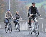 Kantonsingenieur Stefan Flury (vorne) und Baudirektor Markus Züst (links) haben den Radweg anlässlich der Eröffnung im November 2014 gleich selber getestet. (Bild Urs Hanhart)
