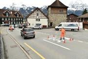 Die Klausenstrasse wird in Bürglen mit der Angabe zur neu erlaubten Höchstgeschwindigkeit beschriftet. (Bild: PD)