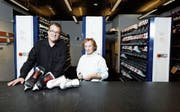 Der Kunsteisbahn-Betriebsleiter Jürg Casalini und die Teamleiterin Administration Maya Huber arbeiten seit mehr als 30 Jahren am gleichen Ort – und sind noch immer mit Leidenschaft dabei.