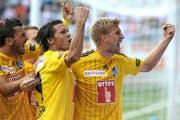 FCL-Verteidiger Florian Stahel (rechts) bejubelt in Thun seinen Treffer zum 1:1, Passgeber Adrian Winter jubelt mit. (Bild: EQ/Daniel Teuscher)