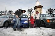 Alex Cadena sucht die Parkplatznummer auf der verschneiten Luzerner Bahnhofstrasse. (Bild Eveline Bachmann/Neue LZ)