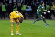 Der Cupfinal ist entschiedent: Florian Stahel krümmt sich nach dem verschossenem Penalty. Im Hintergrund Yann Sommer, jubelnd unterwegs zu seiner Mannschaft. (Bild: Pius Amrein / Neue LZ)