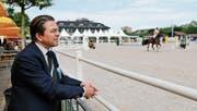 Ulrich Straub verfolgt auf dem Zuger Stierenmarktareal einen Ritt an der Zuger Springkonkurrenz. (Bild: Stefan Kaiser (2. Juni 2017))