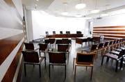 Im grossen Gerichtssaal des Kantonsgerichts Zug stehen sich die zerstrittenen Parteien am 14. September gegenüber. (Bild: Werner Schelber/Neue ZZ)