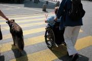 Eine Person überquert die Strasse im Rollstuhl. (Bild: LZ ARchiv)