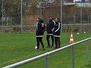 Angeregtes Gespräch beim FCL-Training zwischen Präsident Philipp Studhalter (rechts) und Cheftrainer Markus Babbel (Mitte). (Bild Daniel Wyrsch (Luzern, 20. November 2017))