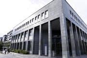 Der Vater des angeklagten hatte keinen Zutritt zum Zuger Gerichtsgebäude. (Bild: Werner Schelbert / Neue ZZ)