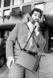 Im September des Jahres 1987 soll das erste Teilnetz des leistungsfaehigeren, handlicheren und auch kostenguenstigeren Natel-C der PTT-Betriebe in der Region Zuerich in Betrieb genommen werden. Die Anschlusskapazitaet betraegt fuer den Anfang 8500 Teilnehmer und kann bis Ende 1987 aber auf 25'000 mobile Telephonabonnenten ausgedehnt werden. (KEYSTONE/Str) (Bild: Keystone (Zürich, 23. Februar 1987))