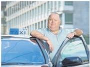 Taxifahrer Bruno Zemp hier mit seinem Taxi vor dem Bahnhof Luzern - wehrt sich gegen die hohen Standgebühren in Luzern. (Bild: Dominik Wunderli / Neue LZ)