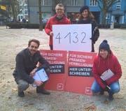 Parteipräsident David Roth, Kantonsrat Jörg Meyer, Fraktionschefin Ylfete Fanaj und Parteivizepräsidentin Priska Lorenz (von links) bei der Unterschriftensammlung. (Bild: PD)