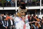 Älplerchilbi Giswil am Samstag, 29. Oktober 2016. Wildwiib und Wildmaa präsentieren im Garten des Hotel Bahnhof die Älplersprüche. (Bild: Philipp Unterschütz)