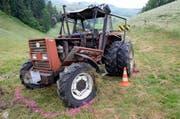 Der Bauer stürzte mit seinem Gefährt einen Abhang hinunter. (Bild: Luzerner Polizei)