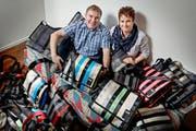 Andreas Banz (36) und Astrid Bürli (30) stellen zu Hause in Richenthal aus alten Autogurten Umhängetaschen in verschiedensten Farben her. (Bild Pius Amrein)