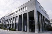 Ivo Romer und sein Anwalt gehen ins Gerichtsgebäude in Zug. (Bild: Werner Schelbert / Neue ZZ)